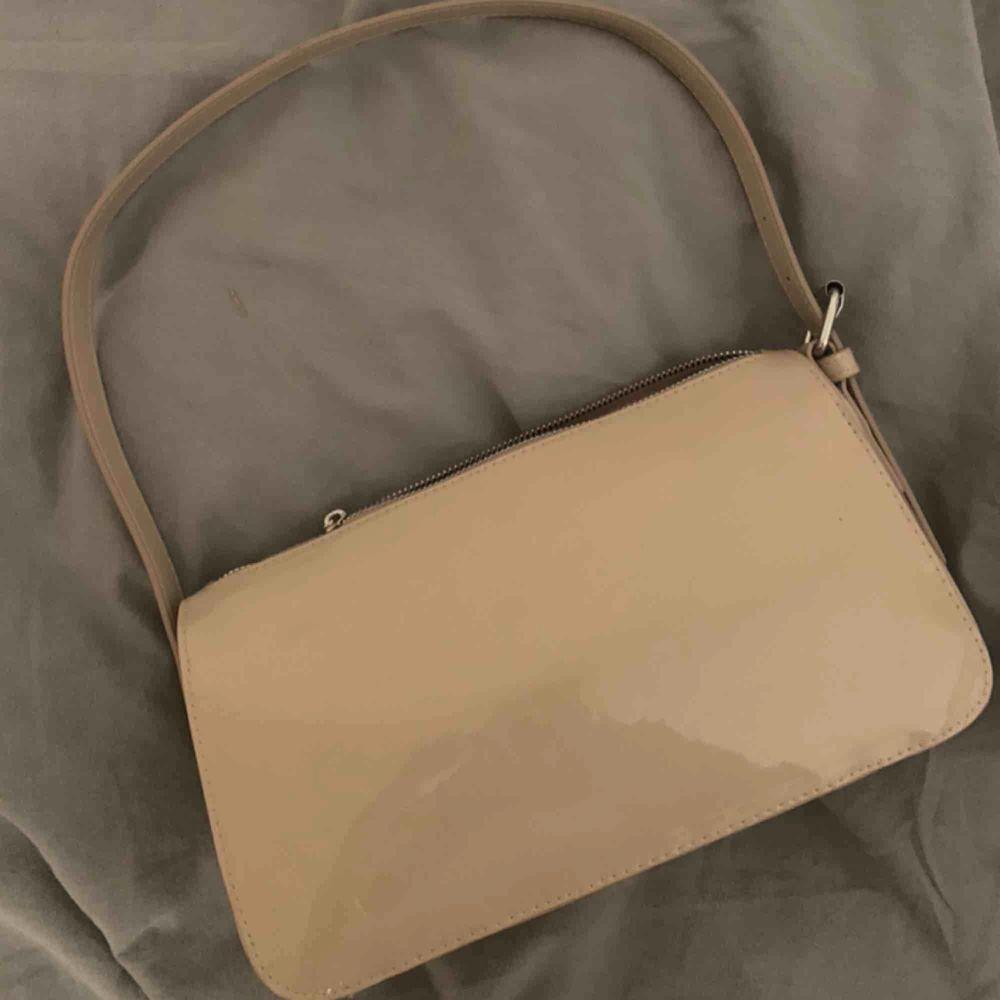 Jättefin handväska, aldrig kommit till användning tyvärr. Buda i kommentarerna, just nu ligger budet på 160kr💓 köparen står för frakten (59kr). Väskor.