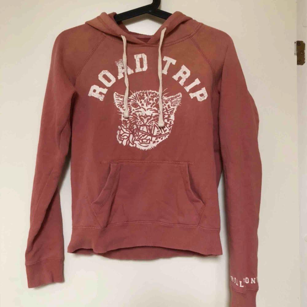 Jättefin Billabong hoodie använd cirka 2 ggr. Den har ett litet hål i ärmen, men det ör inget man tänker på💞 Nypris ca 700 kr. Köpare står för frakt :). Huvtröjor & Träningströjor.