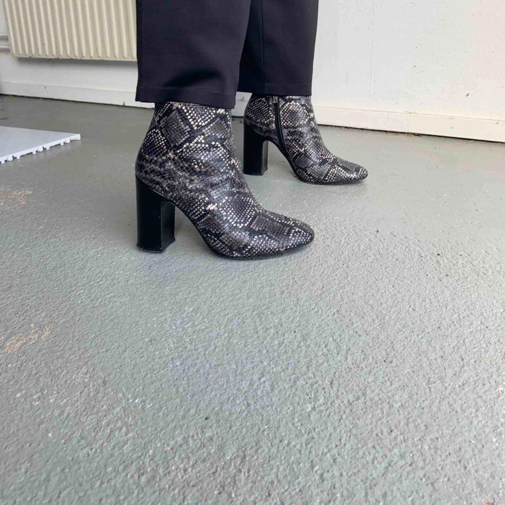 Klackar i läder (ej riktigt ormskinn)  7-8 cm klack  Använda men inte slitna . Skor.