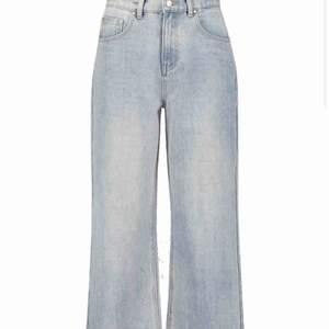 Hej säljer dessa vida blåa jeans i storlek 38 från Bohoo. Aldrig använda.