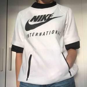 Skitcool tröja från NIKE, använd ett fåtal gånger. Köptes för 500kr. Passar bra med en långärmad tröja under, säljes för att jag ej använder den längre. Frakt kostar 66kr (266kr totalt), men vi kan mötas upp i Västerås.