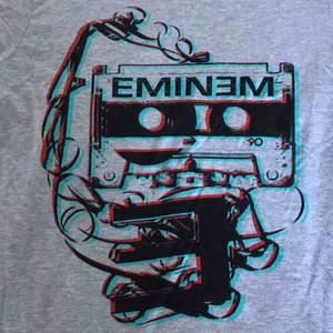 Eminem t shirt, jättesnygg att ha som oversized, knappt använd🥰