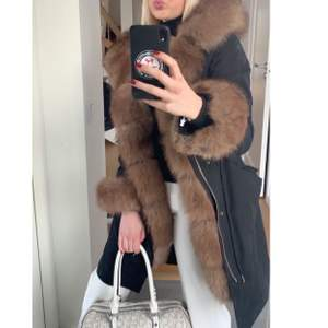 Säljer min underbara jacka för att köpa en annan. Köpte denna förra vintern och älskar den men vill byta jacka till något annat. Nypris: 4000kr köpt på Garoff. Äkta päls. Ljus päls inuti jackan. Man kan ta bort att päls och ha som en enkel svart jacka.