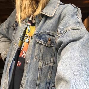 Härlig sparsamt använd jeansjacka från zara! Riktigt fin kvalité och passar till höst/vår! Pris går att diskutera! Meddela mig för mer info