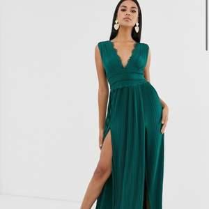 Söker denna klänningen ifrån asos i stl 38, mörkgrön, blå eller röd!
