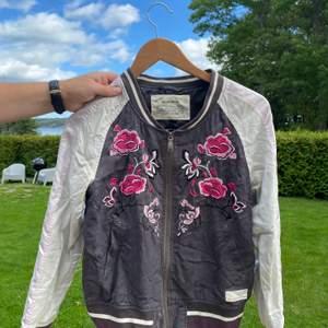 Säljer denna fina jacka! Den används ej längre men passar bra till ute och innebruk. Storlek S men passar en mindre M