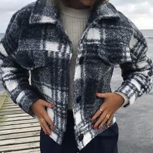 Säljer denna jacka från Design By Si. Nyskick. One size men skulle säga att den passar allt från xs-l🤍🤍 VID MÅNGA INTRESSERADE BUD I KOMMENTARERNA. Högsta bud 350+frakt