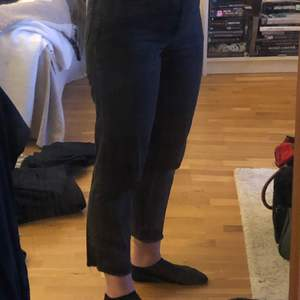Slitet svarta mom jeans. Cropped. Knapp använda då de är lite för små.