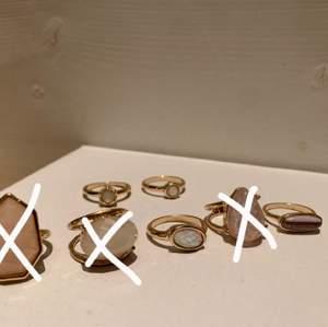 Fina ringar från lite blandade ställen, säljer då dom är för stora för mig. Dom är i storlek S/M⚡️ 150kr för alla eller 15kr per ring😍frakt tillkommer
