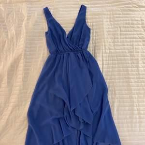 Blå finklänning från Dry Lake i strl XS. Passar även S. Klänningen har ett fint släp. Jag är 167 cm lång och längden är perfekt!