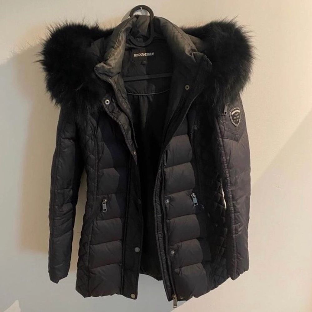 Säljer min jacka från rock n blue med äkta päls. Har endast använt några gånger, skulle säga jackan är som ny. Storleken är 36 men passar även en person som är en 34. Köparen står för frakten och den ligger på 95. Jackor.