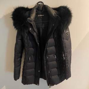 Säljer min jacka från rock n blue med äkta päls. Har endast använt några gånger, skulle säga jackan är som ny. Storleken är 36 men passar även en person som är en 34. Köparen står för frakten och den ligger på 95