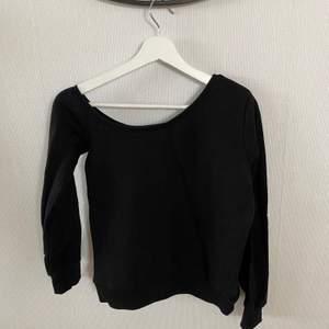 One shoulder sweatshirt från NAKD. Köpare står för frakt.