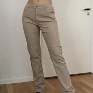 Säljer dessa skit snygga byxor, skulle säga att de är mid-waist typ. Jätte fina men kommer inte till användning eftersom de är för stora. Strl 32. Fraktar mot fraktkostnad och möts i stockholm. Pris kan diskuteras🦋💗💕🐟💞🦄