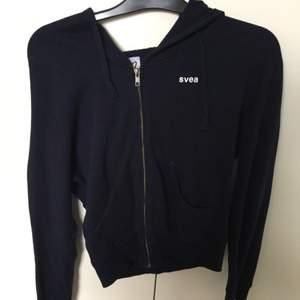 Säljer min marinblåa Svea hoodie (med luva) i storlek S (men funkar även för mig som brukar ha xs) Endast använd ett fåtal gånger. Priset kan diskuteras
