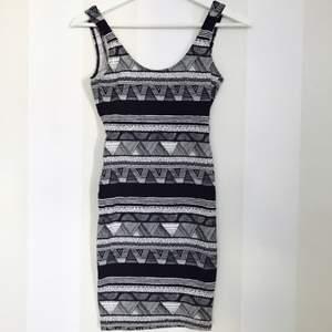 Mönstrad klänning i stretchigt tyg