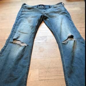 Superfina bootcut jeans från Hollister, har hål på både knäna! Storlek: 13 W31 Köpta för 340, startbud 150kr men kan diskuteras.