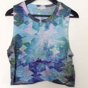 Crop top med space mönster i tunt material med ficka på bröstet.
