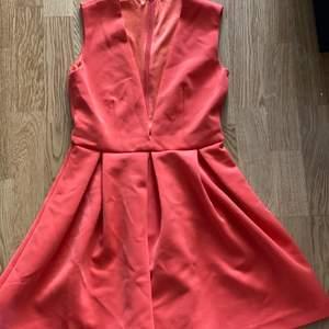 Fin klänning oavänd i orange färg. Storlek XS med v-ringad.