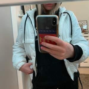 Jättesnygg jacka från H&m! Säljer pga inte min stil längre☺️ frakt tillkommer på 42kr. Skriv om du är intresserad!☺️