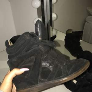 Äkta Isabel Marant skor i storlek 38, men passar bättre till någon som har 37 i storlek. Skorna är ganska slitna innuti. Kan mötas upp nånstans i göteborg eller utanför, eller så står köparen för frakten.