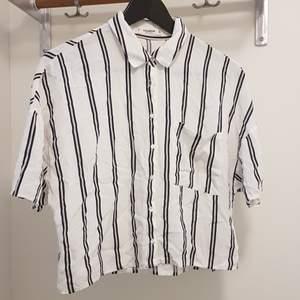 Vit/blå/gul-randig croppad skjorta i 100% viskos från Pull & Bear i strl. S. Gjord av ett mjukt härligt tyg som är perfekt till sommaren! Frakt är inräknat i priset. Skickar i postens blå påsar och samfraktar gärna. Tar helst emot betalning via Swish. 🌻