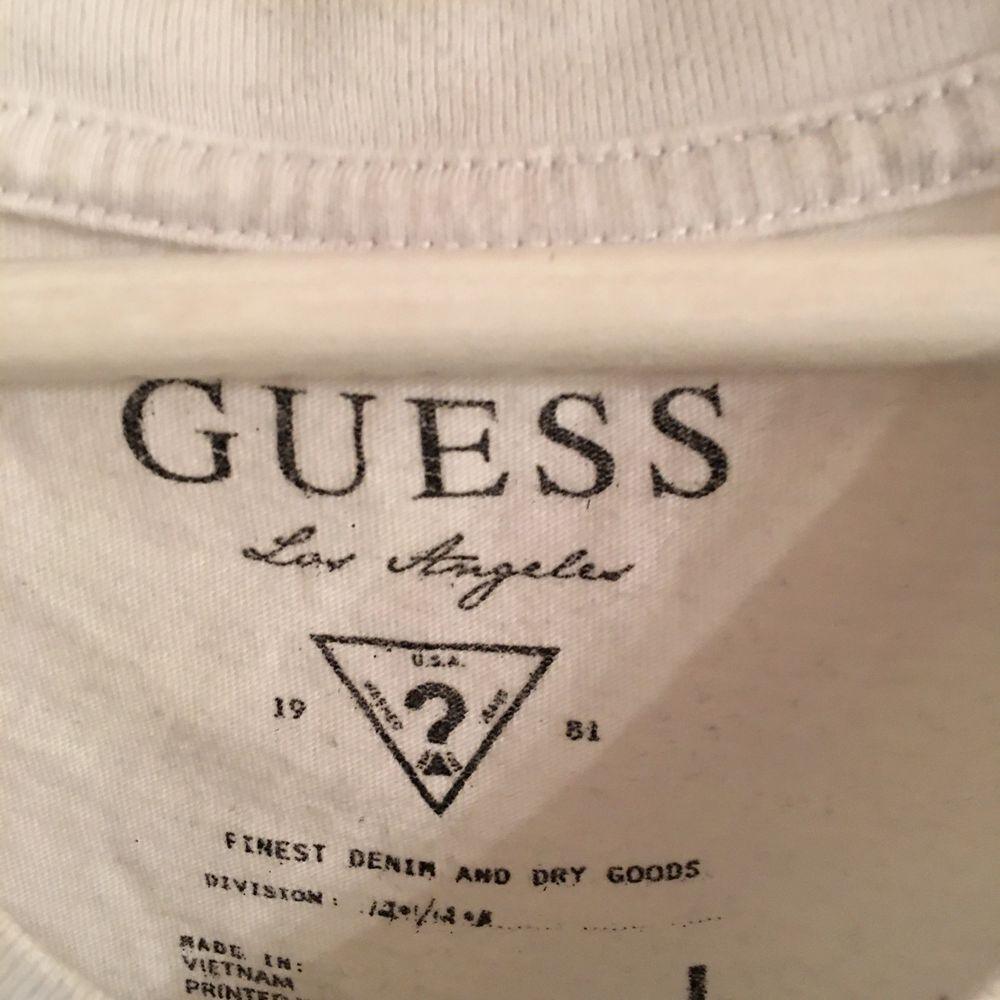 Vit och Blå Guess T-shirt i storlek L eftersom jag själv bär allt oversize. . T-shirts.