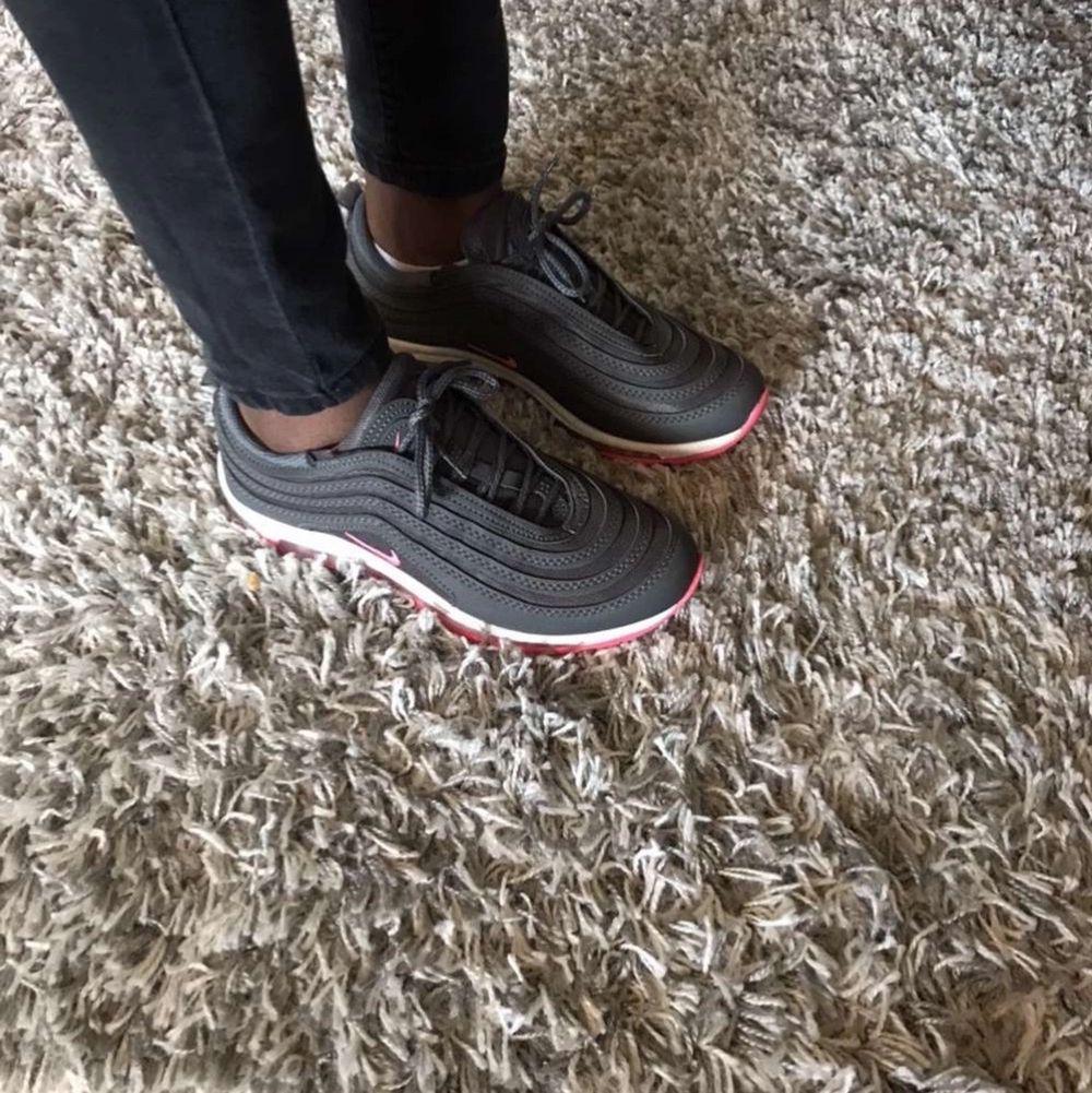 Nike Ari Max de är rosa och grå köpte de för 600kr. Skor.