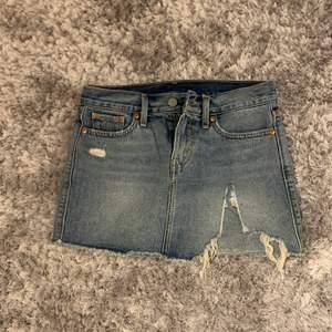 Fin jeans kjol från Levis. Strl 24. Kan både frakta och möta upp #kjol #levis