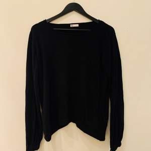 En super fin tröja med gulliga detaljer vid ärmens slut. Aldrig använd. Storlek L och är köpt på Cubus.