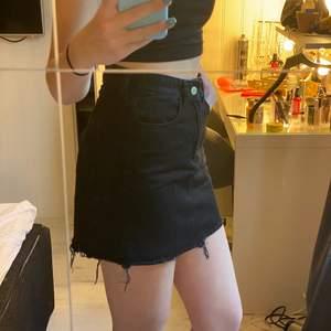 En basic svart kjol från hm. Använd få antal gånger, bra skick! Frakt ligger på 30kr