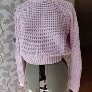 Stickad tröja från HM, större stickning, men den blir inte genomskinlig så att man tänker på det, bra skick. 50kr +frakt