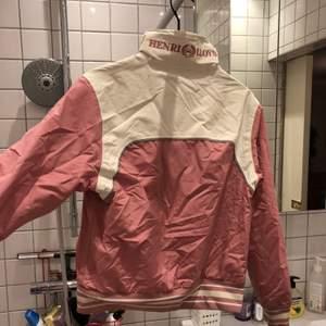 Rosa regnjacka från henri lloyd, går att tvätta vanligt i maskin osv,  fråga om de e nåt. Skulle säga storlek S/M
