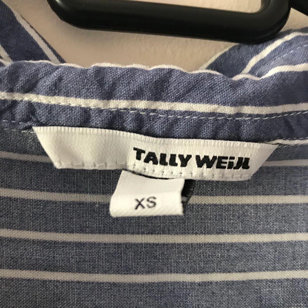 Blåvit randig skjorta 👔 priset är inkl frakt. Skjortor.