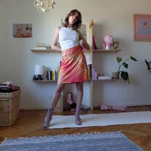 Perfekt kjol jag köpte pga älskar mönstret men den är tyvärr för stor för mig ! OBS jag håller in kjolen på bilderna! Storleken är L-XL. Baddräkts-liknande material, se sista bilden! Kan mötas upp vid stigbergstorget/gbg eller så tillkommer 22kr frakt!