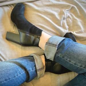 Coola högklackade skor! Använda få gånger, i begagnat skick. Antingen kan jag mötas upp i Stockholms området/ köparen står för frakten.