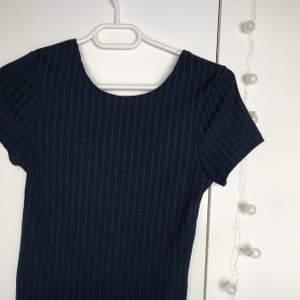 Snygg T-shirt från bikbok storlek M, har ränder som man ser på bilden och är i väldigt bra skick. Mörkblå färg. Frakt är inräknat.