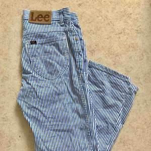 Ett par Lee jeans köpta på secondhand i Stockholm. Jag har aldrig använt dom eftersom jag tycker att de är för korta på mig som är 173cm. Uppskattas till storlek S då det inte finns en storlek angiven. De är blå/vita i färgen. Hör gärna av er om frågor.