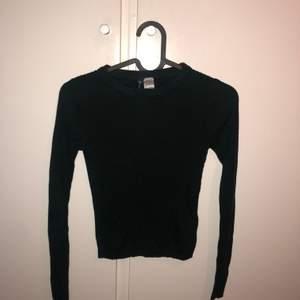 Mörkgrön tröja från H&M (ljuset på första bilden är inte rättvis). Använt 4-5 gånger. Storlek xs