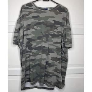 En camo t-shirt, är i herrstorlek men har använt den som en oversized tröja! super bekväm och stylas lätt! {Köpare står för frakt eller hämtar i Upplands Väsby!}