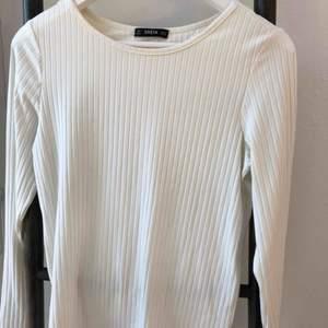 Säljer denna super bekväma och fina tröjan med en unik rygg! 💛 Materialet är super stretchigt och så bekvämt.
