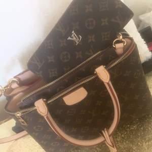 En Louis Vuitton väska och likadan plånbok