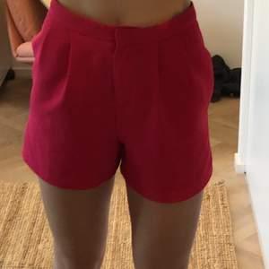 Rosa kostym byxor (shorts) med hållbar kvalité. Storlek 34. Men sitter som en vanlig S. Passar suveränt till sommaren och kanske med en kostym till!