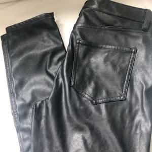Skinnbyxor (läderimitation) från H&M/L.O.G.G i stuprörsmodell, storlek 38. Dekorativa sömmar vid knä (bild 2) och dragkedja vid ankeln (bild 3). Köparen står för frakt.