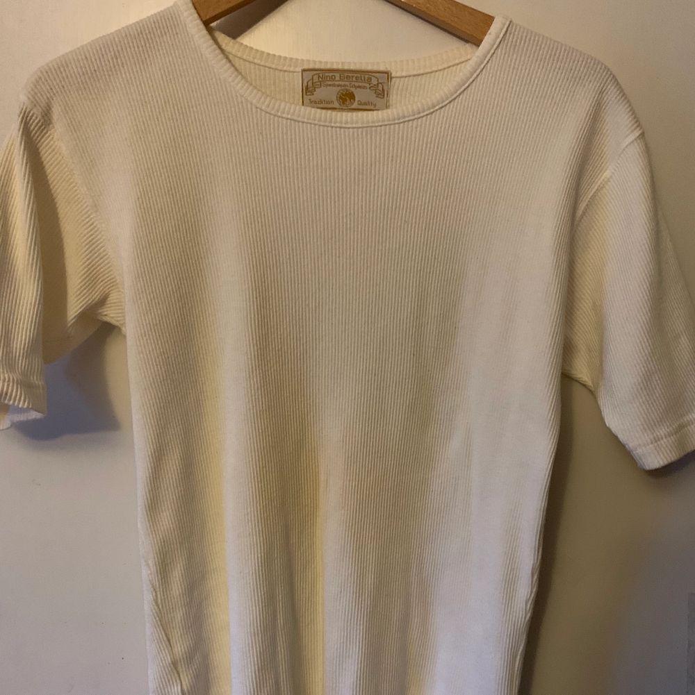 Mammas gamla tröja i fint skick utan någon fläck. Visas på en M. Väldigt stretchig så passar most likely större storlekar också . T-shirts.