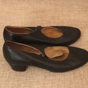 Fina skor från England och 60-talet. Bra skick men kan behöva sulas. Storlek 4,5 eller 37 (storlek stämmer bra). Frakt tillkommer.