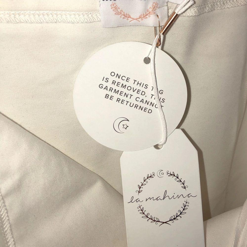 En superfin vit kjol köpt på NaKd! Den är aldrig använd och visar ens former superfint. Jag är en S med rätt breda höfter och den var lite tight, så passar XS och S. Köpt för 150 kr på rea, jag säljer för 65🥰 Köparen stårför frakt.. Kjolar.