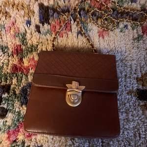✨👼✨ Vintageväska ✨👼✨ Fin i boxig modell med flera fack inuti = lagom stor men samtidigt rymlig! Axelrem/kedja 107cm. I ett fint skick, små tecken på användning finns. Skinnimitation. Mått: 17 x 18 x 6 cm. Frakt tillkommer på 63 kr.