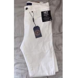 Säljer dessa helt nya vita jeans pga för små på mig✨ storlek S✨ köparen står för frakten✨