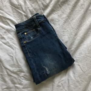 Snygga skinny jeans med slitningarna i storlek XS jeansen är använda men är i bra skick säljer pga att jag måste bli av med kläder🤍